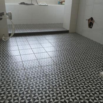 badkamer_zwart_wit_bewerkte_tegels