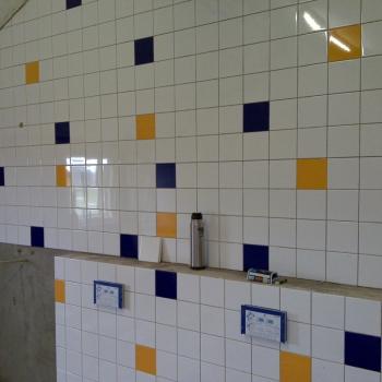 muur_betegelen_sanitair_gebouw